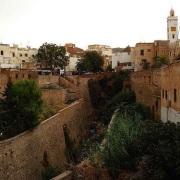 חומות הנהר שחוצה את העיר צפרו מרוקו