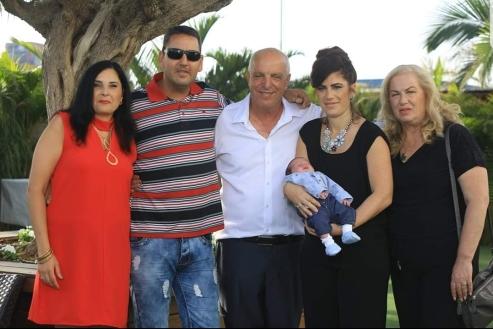 אסתר זיני ומשפחתה עם משפחת בן אוליאל