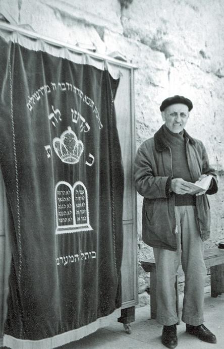 ר' משה עמרם בתפילה בכותל המערבי