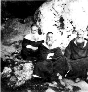 בפתח המערה בצפרו , שנות ה- 40
