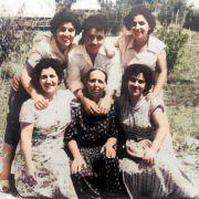 סבתי רחל עם אחיו ואחיותיו של אבי אהרון. מימין : מרים , עליזה, בני, שושנה וגרציה