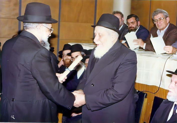 רבי שמואל בן הרוש בעת קבלת פרס המועצה הדתית על ספרו